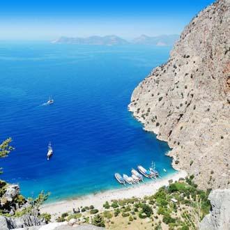 Baai met helderblauwe zee en strand aan de Egeische Kust