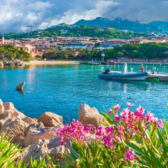 Blauwe baai met boot bij Porto Cervo