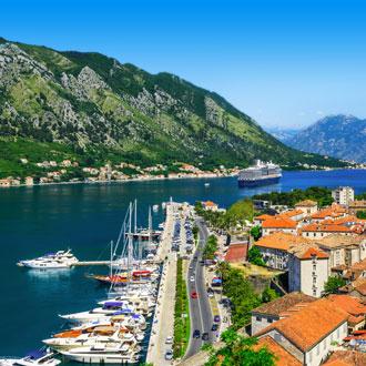 Baai van Kotor met luxe boten in Montenegro
