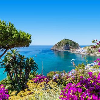 Ischia eiland bij Napels met natuur en zee