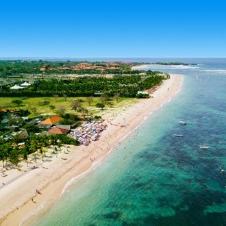 Uitzicht over het strand en de zee bij Nusa Dua op Bali