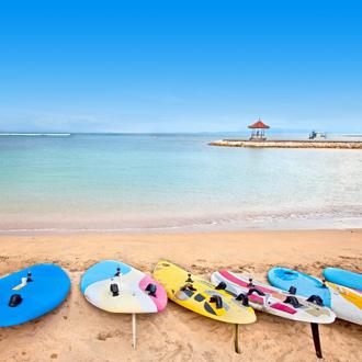 Surfboards op het strand van Nusa Dua op Bali