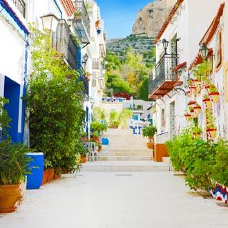 Straat met witte en kleurrijke huisjes in Santa Cruz
