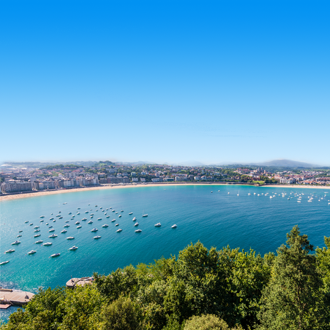 Uitzicht op de badplaats San Sebastian in Baskenland