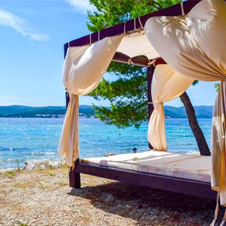 Strandbed op Orebic Beach op het schiereiland Peljesac in Kroatie