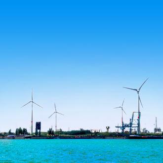 Uitzicht op windmolens in de haven van Antwerpen