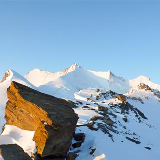 Bergen-met-sneeuw-boven-Saas-Fee