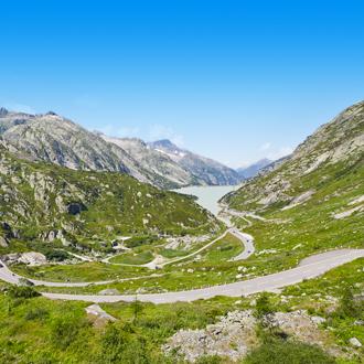 Berglandschap en wegen in Wallis, Zwitserland