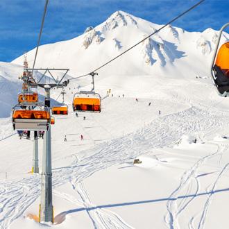 Besneeuwde bergen met skilift in Ischgl