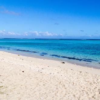 Het zandstrand van Blue Bay in Mauritius