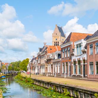 Uitzicht op huizen en water in Bolsward in Friesland, Nederland