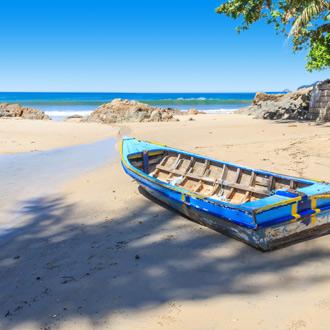 Bootje bij het strand van Patong Beach in Thailand