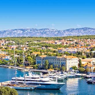 Boten in de haven van Zadar, met de stad op de achtergrond, foto is van het schiereiland genomen.