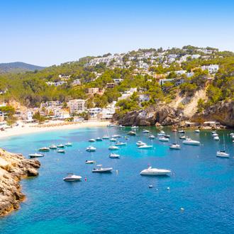 Boten op het blauwe water in Cala Vadella Ibiza eiland