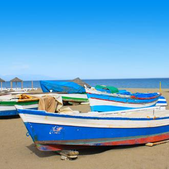 Gekleurde vissersbootjes op het strand van Torremolinos, Spanje
