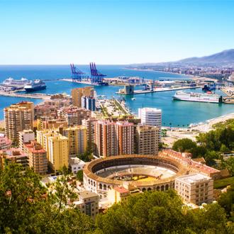 Bovenaanzicht van Malaga met de arena en de haven in Spanje
