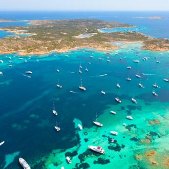 Bovenaanzicht van boten in Sardinië, Italië