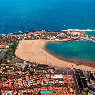 Bovenaf foto met huizen zee en strand Caleta de Fuste