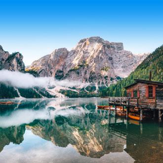 Huisje op het Braies Meer in de Dolomieten Noord-Italie
