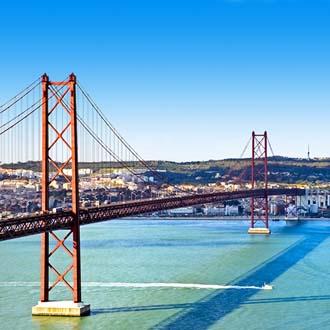 Grote brug met zee in Lissabon