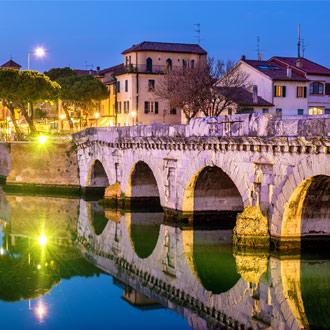 Brug van Tiberius in de avond in Rimini Italië