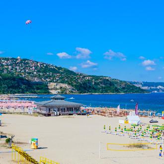 Ligbedden en parasols aan de Zwarte Zeekust in Albena, Bulgarije