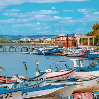 Vissersbootjes bij de haven van Pomorie in Bulgarije