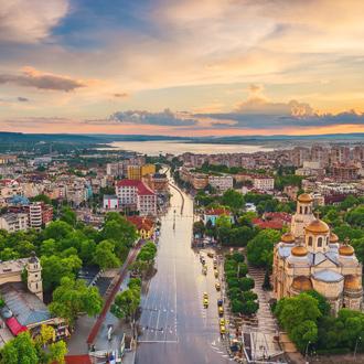 Stadsuitzicht van Varna met gebouwen en de autoweg, Bulgarije