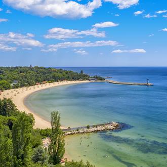 Uitzicht op het zandstrand en zeewater in Varna, Bulgarije