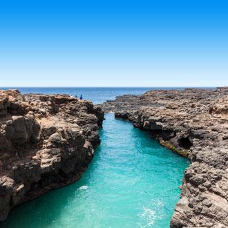 Rotsen met helderblauw zeewater op Sal, Kaapverdie