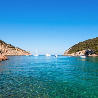Uitzicht op de zee en bootjes in Cala Llonga op het Spaanse eiland Ibiza