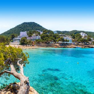 Cala Portinatx baai met hotels in Ibiza