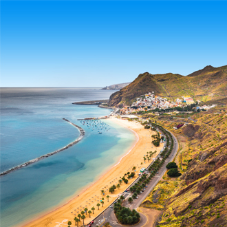 Kustlijn met schilderachtig dorpje op de achtergrond op Tenerife, de Canarische Eilanden.