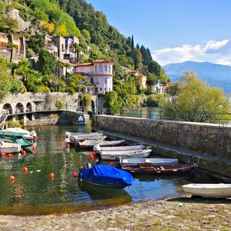 Cannero Riviera met stadje op een berg aan het Lago Maggiore
