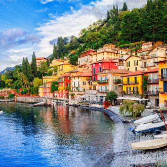 Comomeer met gekleurde huizen in Milaan, Italie