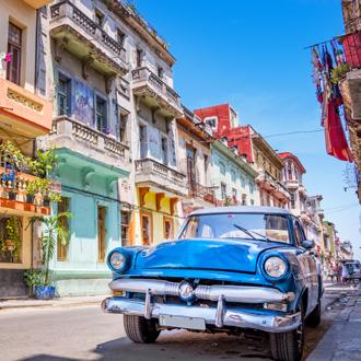 Retro auto en gekleurde huizen in West-Cuba