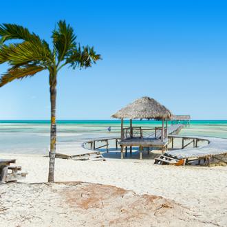 Strandhut op het strand in het westen van Cuba