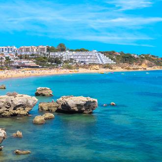 De-kustlijn-van-Oura-Beach-Albufeira-Algarve-Portugal