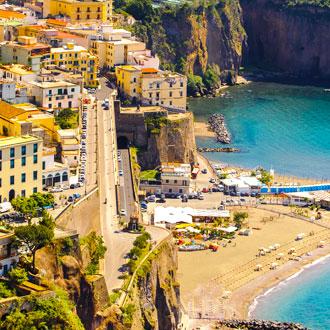 Kleine baai met gele gebouwen en zee Sorrento