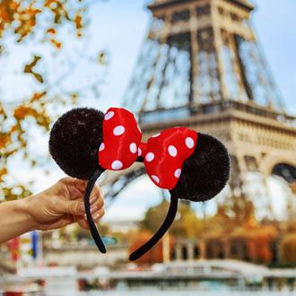Oortjes van Minnie Mouse voor de Eiffeltoren van Parijs