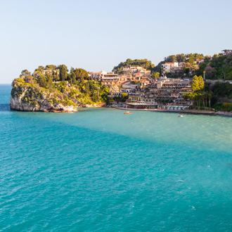 Italiaans dorp, Giardini Naxos tegen de groene bergen met een azuurblauwe zee