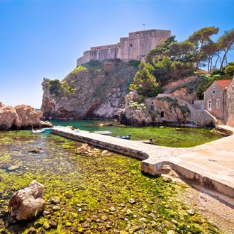 Dubrovnik baai historische muren en Lovrijenac fort in Dubrovnik