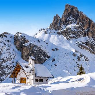 Falzarego Pass met sneeuw in de Dolomieten Italie