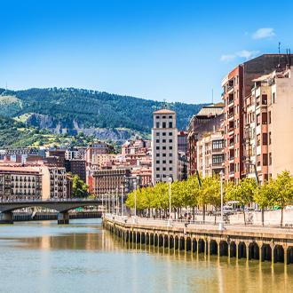 Foto van gebouwen en de rivier in Bilbao