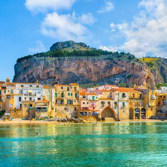 Uitzicht vanaf zee op het middeleeuwse dorp Cefalù op het eiland Sicilië