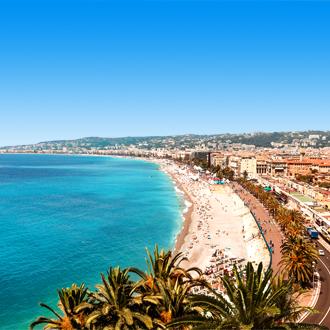 Kustlijn van het plaatsje Nice aan de Côte d'Azur