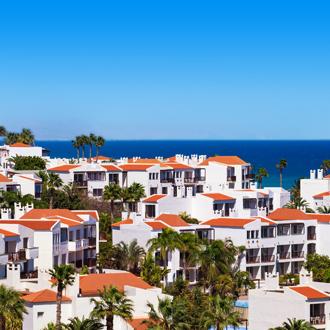Uitzicht op een dorpje aan de Costa Calma in Fuertaventura.
