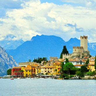 Gekleurde huizen aan het Gardameer in Italie