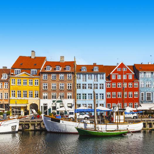 Gekleurde gebouwen en bootjes in de stad Kopenhagen in Denemarken