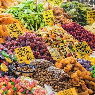 Gedroogde vruchten op de bazaar in Istanbul Turkije
